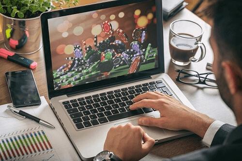 Foto des Spielers auf Laptop-Glücksspiel