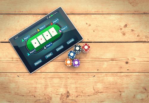 Foto von Tablet mit Poker Game & Chips