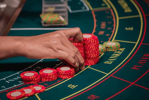 Comment gagner du baccarat en ligne - Photo en gros plan des piles de puces sur la table