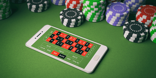 Vérification des casinos Android - Photo du téléphone Android sur la table du casino