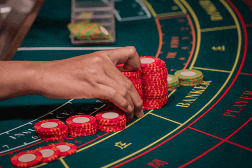 So gewinnen Sie Online-Baccarat - Nahaufnahmefoto von Chipstapeln auf dem Tisch